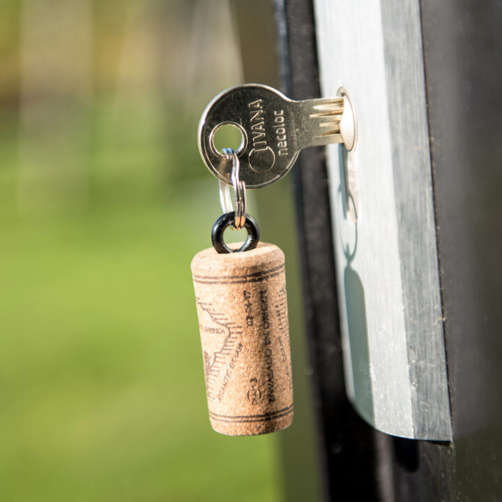 Sleutel met een kurk als sleutelhanger