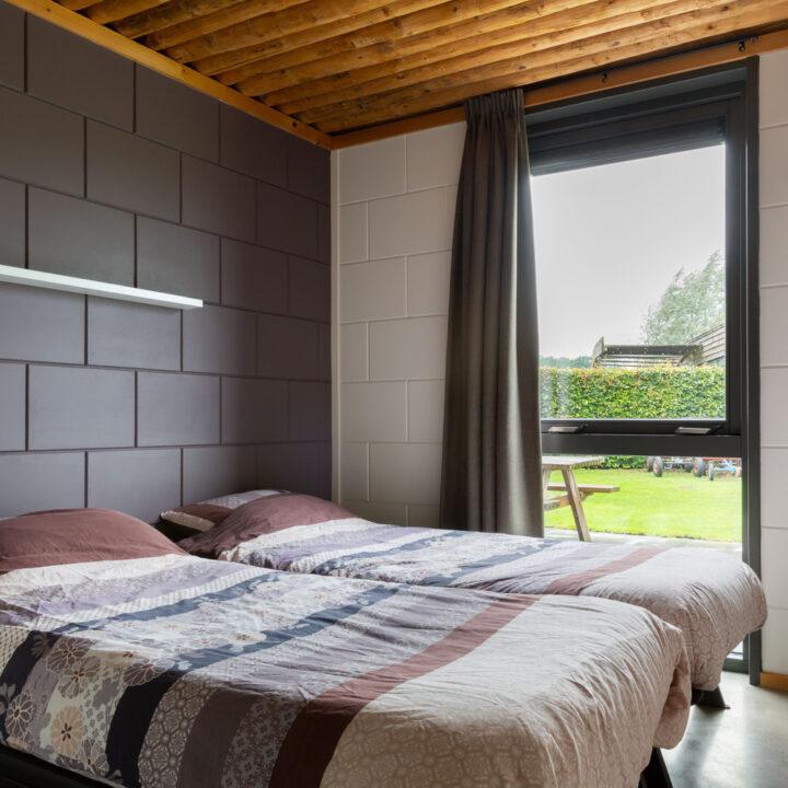 Slaapkamer met twee bedden in een Grondulow