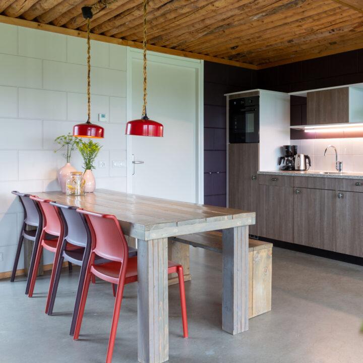 Eettafel met paarse en rode eetstoelen
