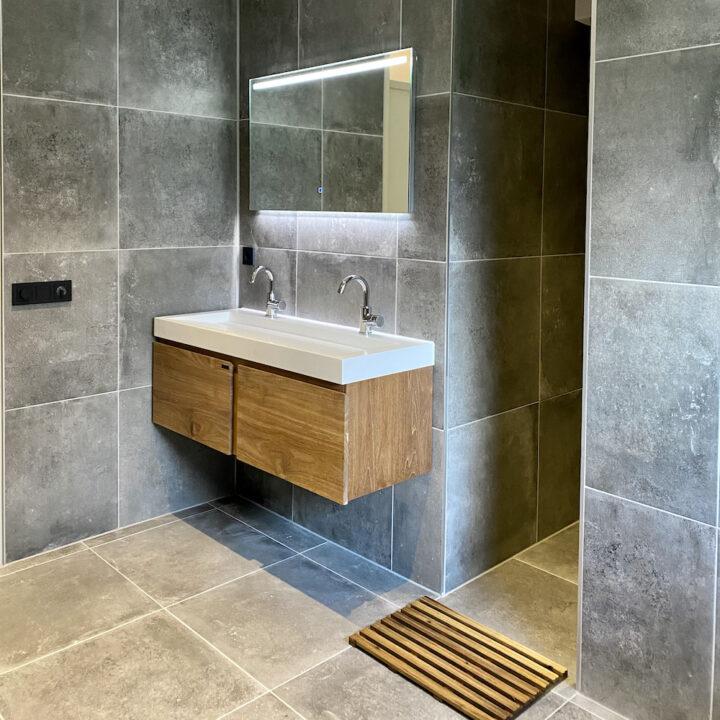 Badkamer met grijze wandtegels