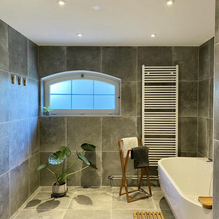Badkamer met ligbad bij vakantiehuis Water en Weide