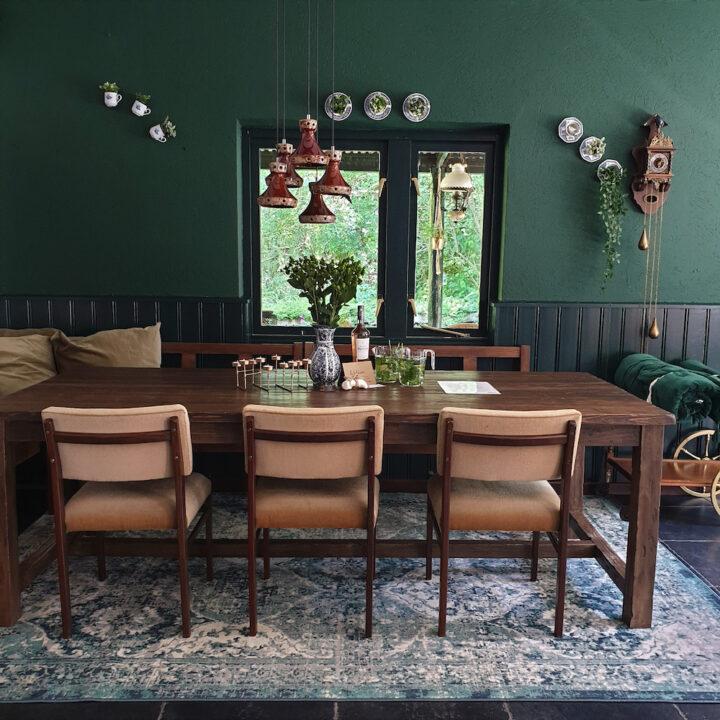 Eettafel met drie stoelen en een bank langs de muur