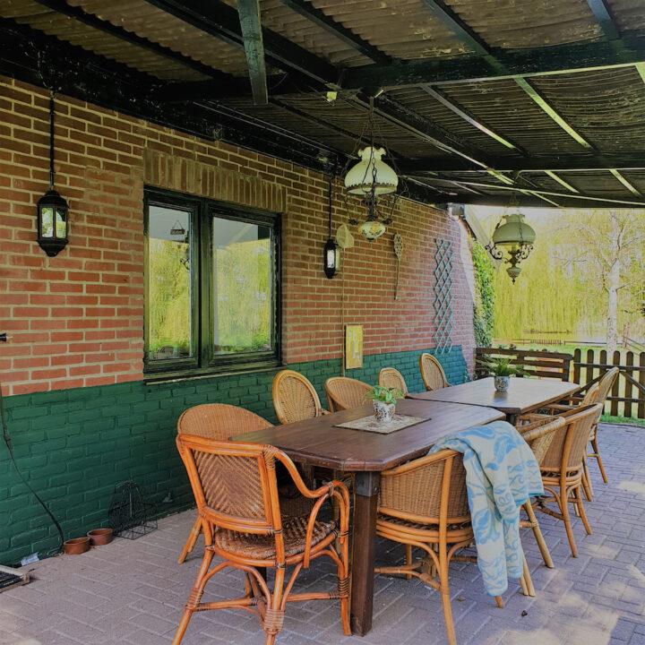 Overdekt terras met twee tafels