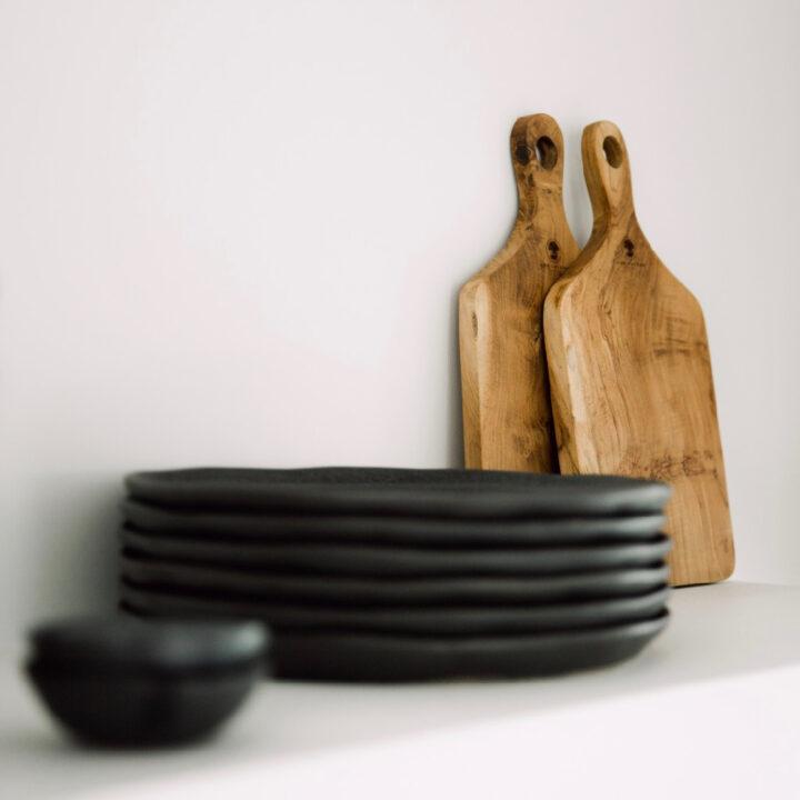Luxe servies in de keuken van Zeeuws Duinhuis in Zeeland