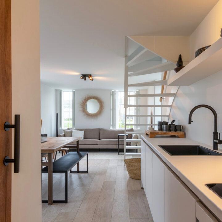 Keuken met luxe apparatuur in een vakantiehuis aan de duinopgang in Zeeland
