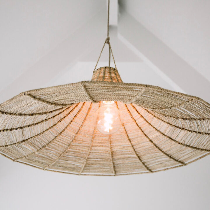 Lamp in de vorm van een strohoed in het vakantiehuis aan de duinopgang in Zeeland