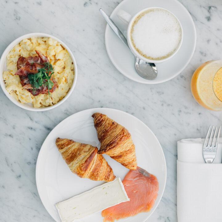Croissantjes, kaas en zalm bij het ontbijt