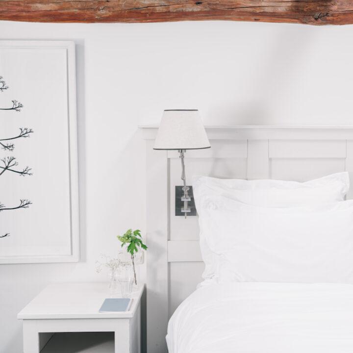 Slaapkamer met veel wit