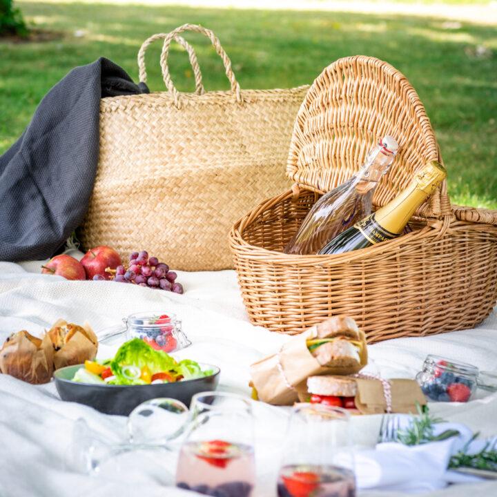 Picknick in het gras in de tuin van het kasteelhotel