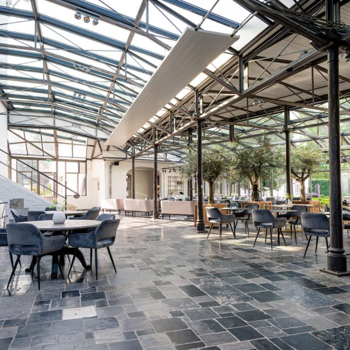 Groot restaurant met een glazen dak