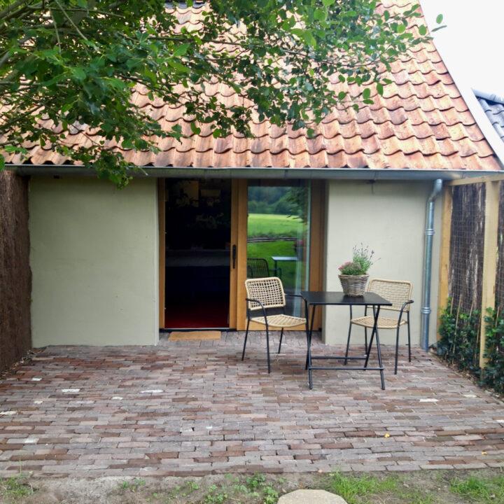 Terras bij een van de B&B kamers in Twente