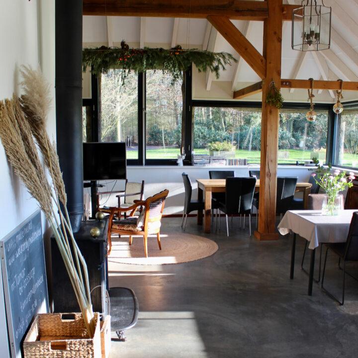 Jachtkamer met eettafels en zithoek met televisie