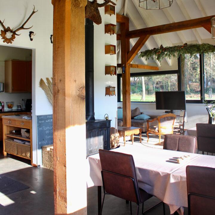 Jachtkamer met tafels voor het ontbijt