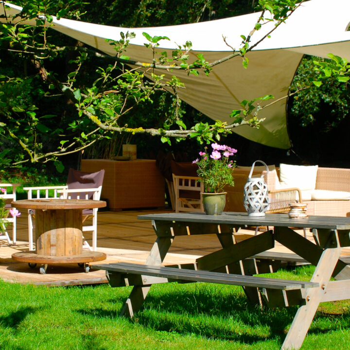 Picknicktafel in het gras bij de B&B op de Veluwe