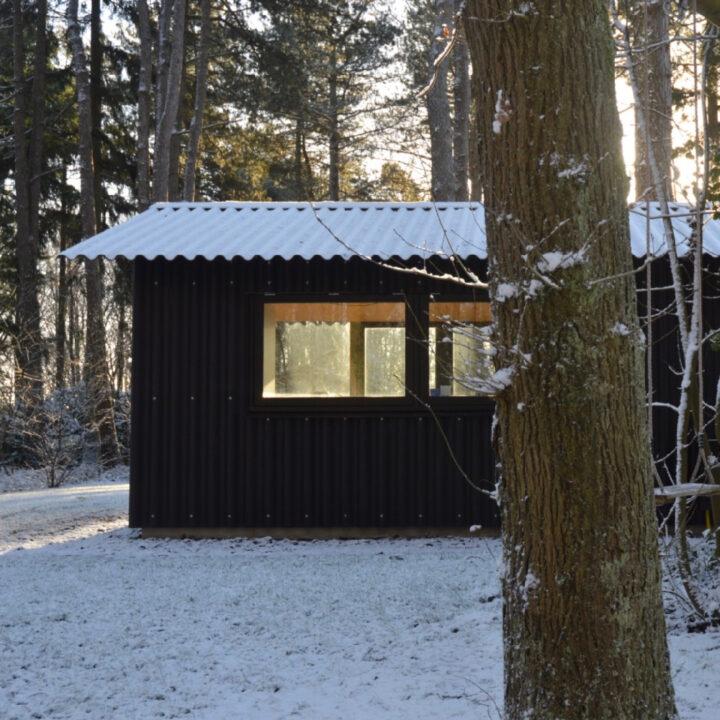 Boshuisje Oudemirdum in de sneeuw