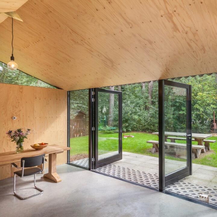 Het vakantiehuisje in Oudemirdum heeft openslaande deuren naar de groene tuin