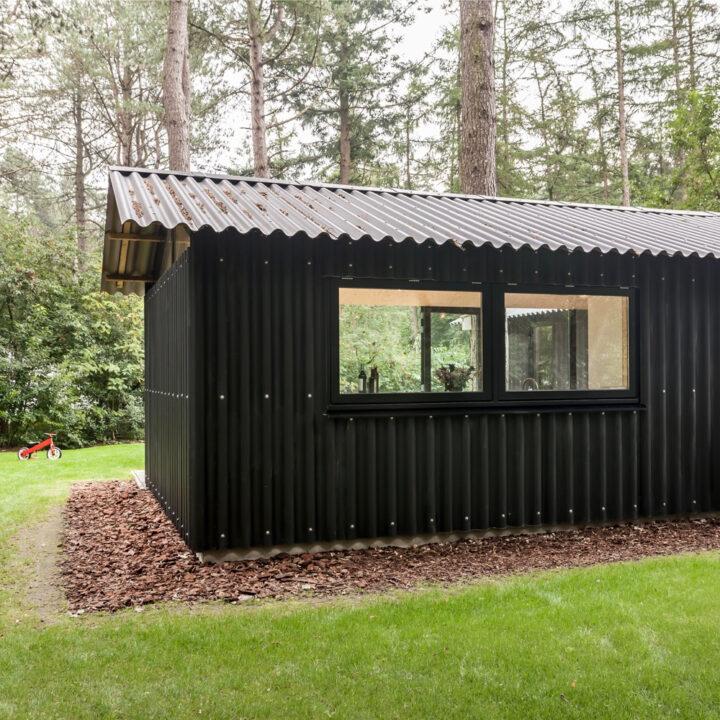 Het boshuisje in Oudemirdum heeft een ruime tuin