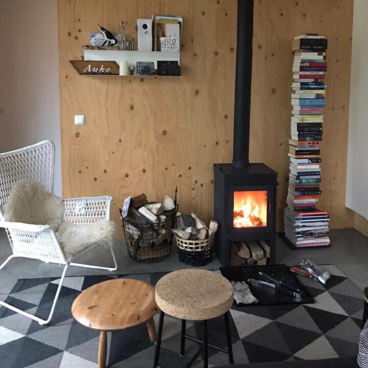 Boshuisje Oudemirdum in Friesland heeft een gezellige woonkamer met houtkachel