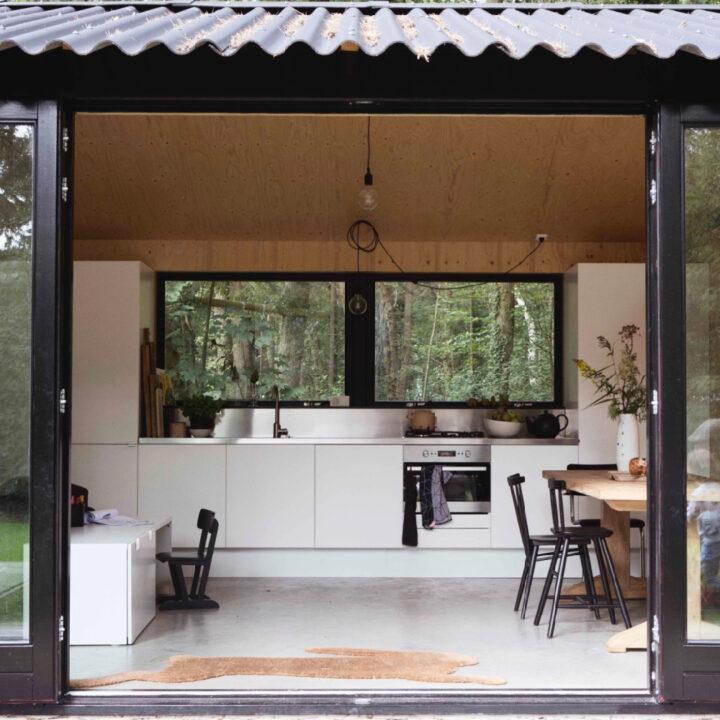 De keuken in het boshuisje in Oudemirdum