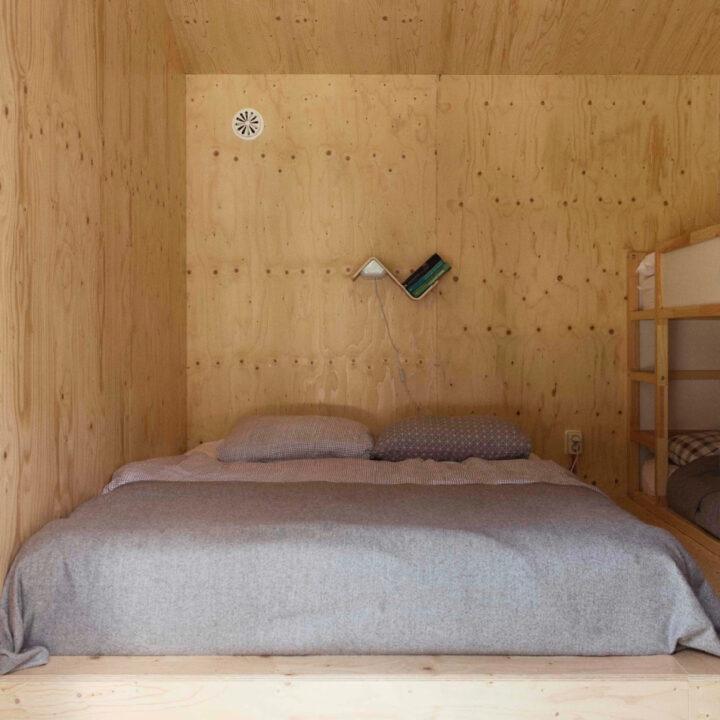 Slaapkamer in het boshuisje in Oudemirdum