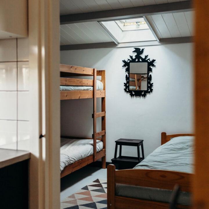 De slaapkamer van het vakantiehuisje in Helenaveen