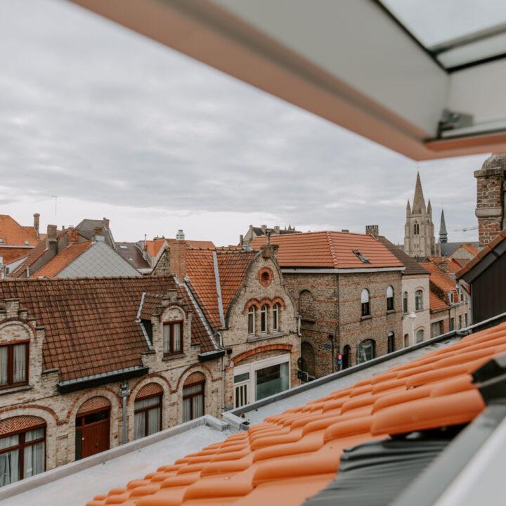 Uitzicht vanaf de slaapzolder over historisch Nieuwpoort