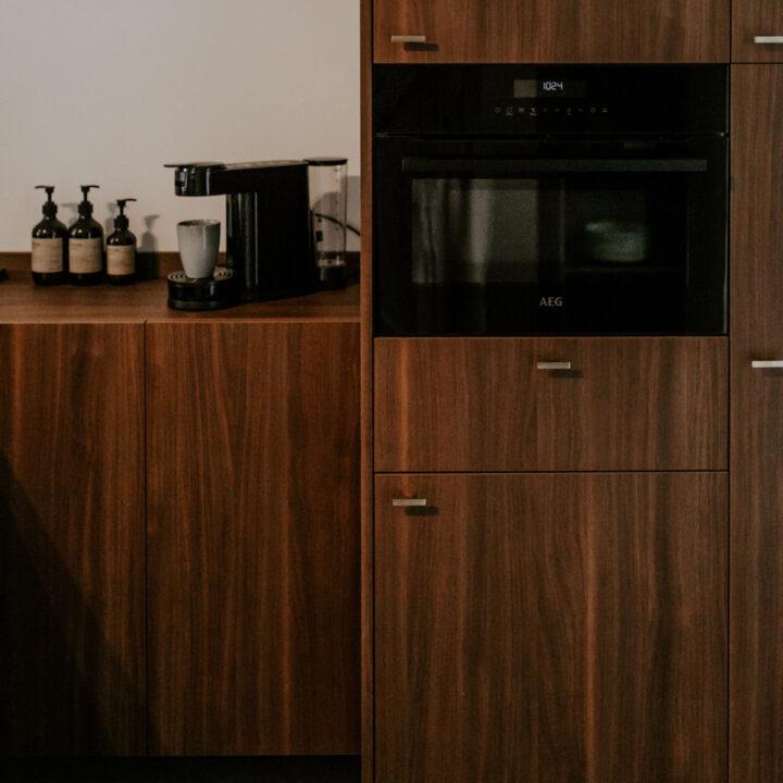 Donkere houten keuken in het vakantiehuis