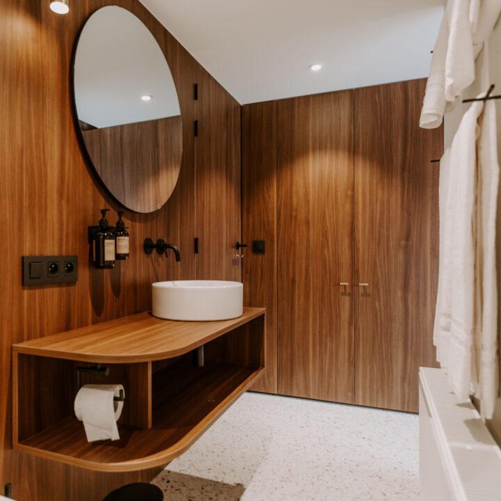 Badkamer met hout, bijzonder wastafelmeubel en Meraki producten