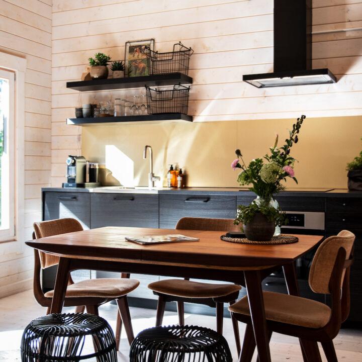 Het vakantiehuisje in Schoorl heeft een open keuken met gezellige eethoek
