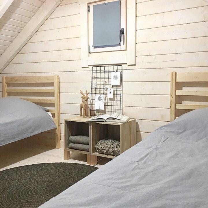 Slaapkamer met twee losse bedden in het vakantiehuisje in Schoorl