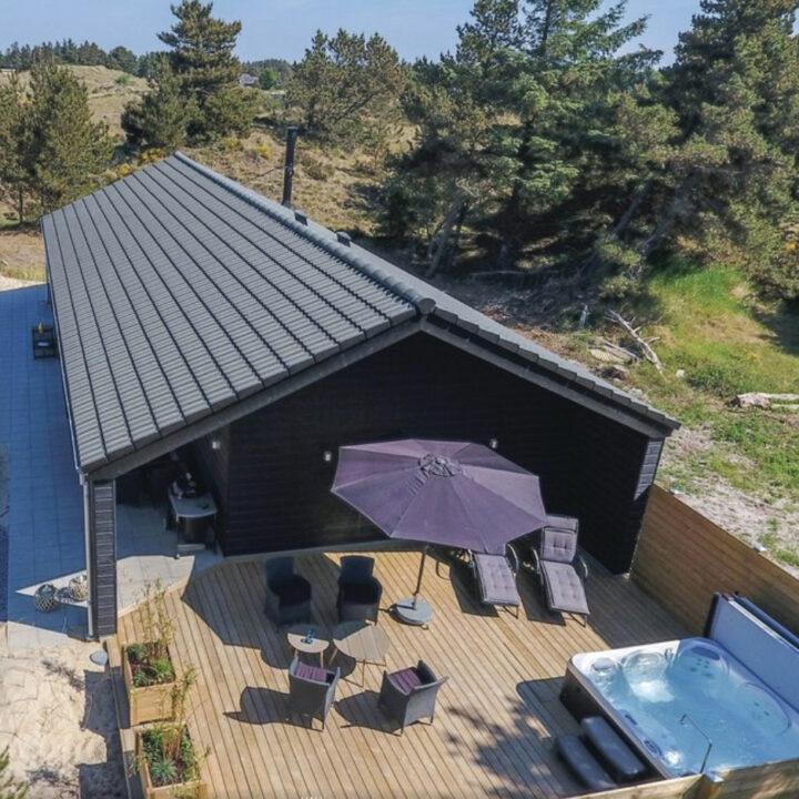 Luchtfoto van het vakantiehuis met jacuzzi in Denemarken