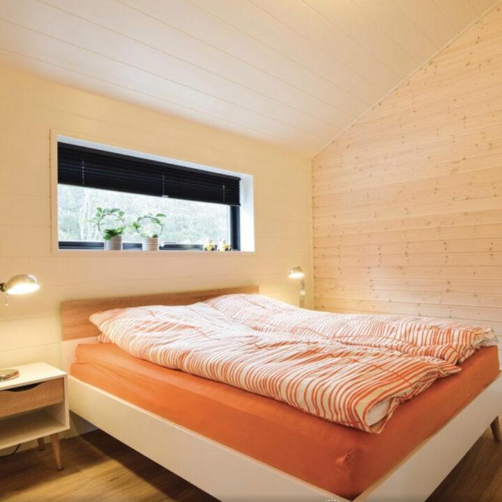 Slaapkamer voor twee personen in het vakantiehuis in West-Jutland.