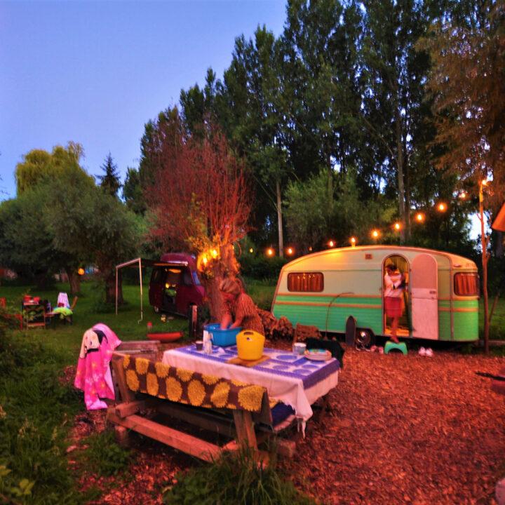 Gepimpte caravan met sfeerlichtjes bij Het Wilde Weg