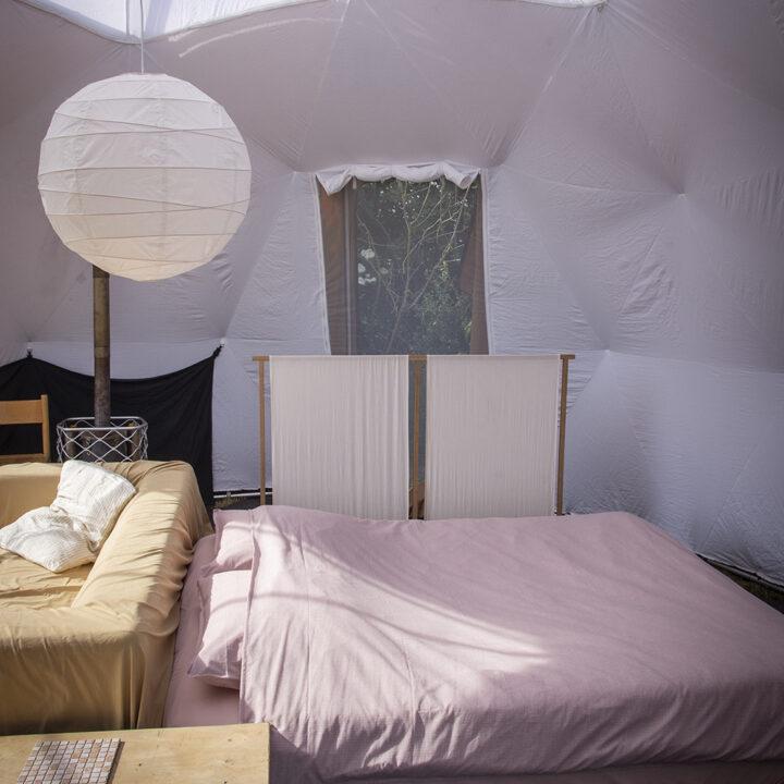 Tweepersoons bed in de dome tent