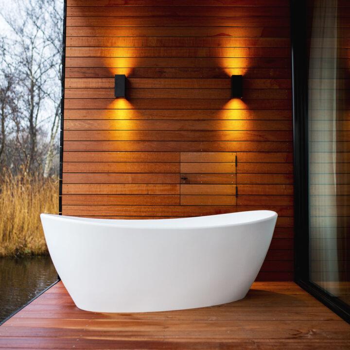 Design bad op het terras bij de watervilla