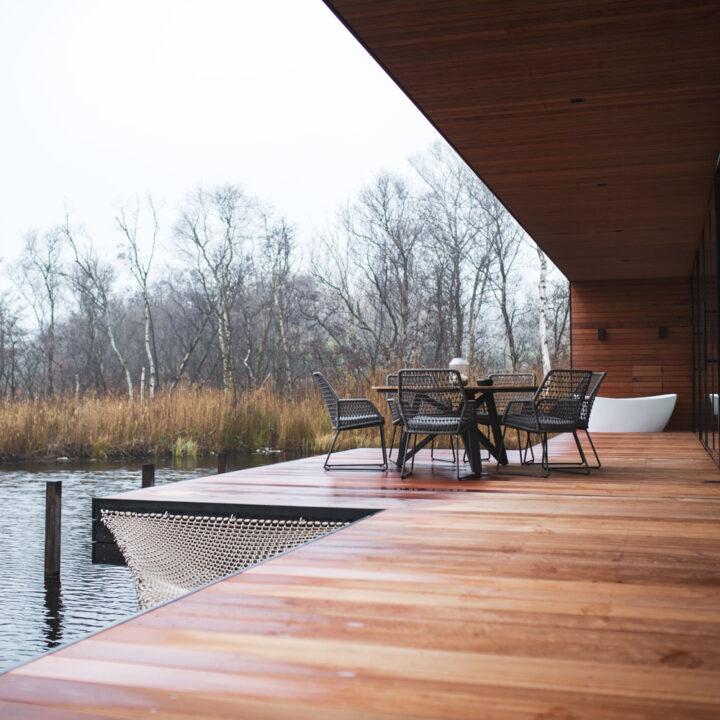 Ruim houten terras met design bad