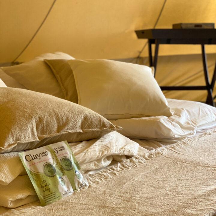 Kussens op bed in de bell tent
