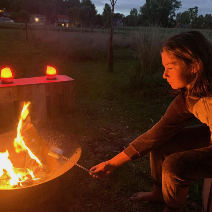 Kampvuur met marshmallows roosteren