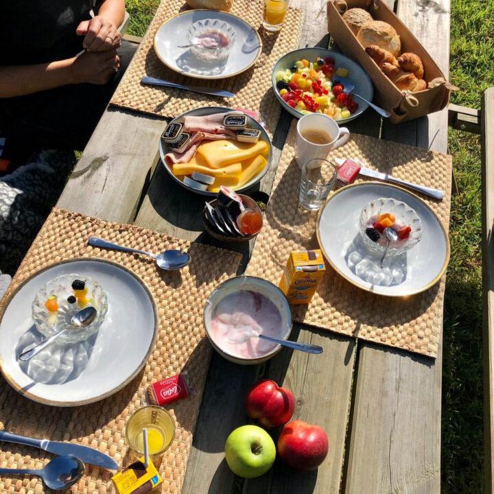 Picknicktafel met ontbijt