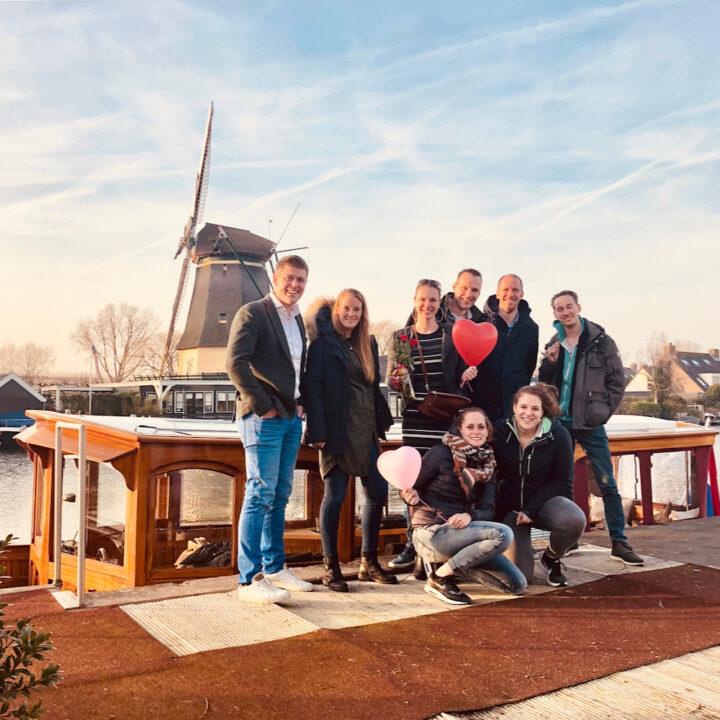 Groep mensen voor de salonboot