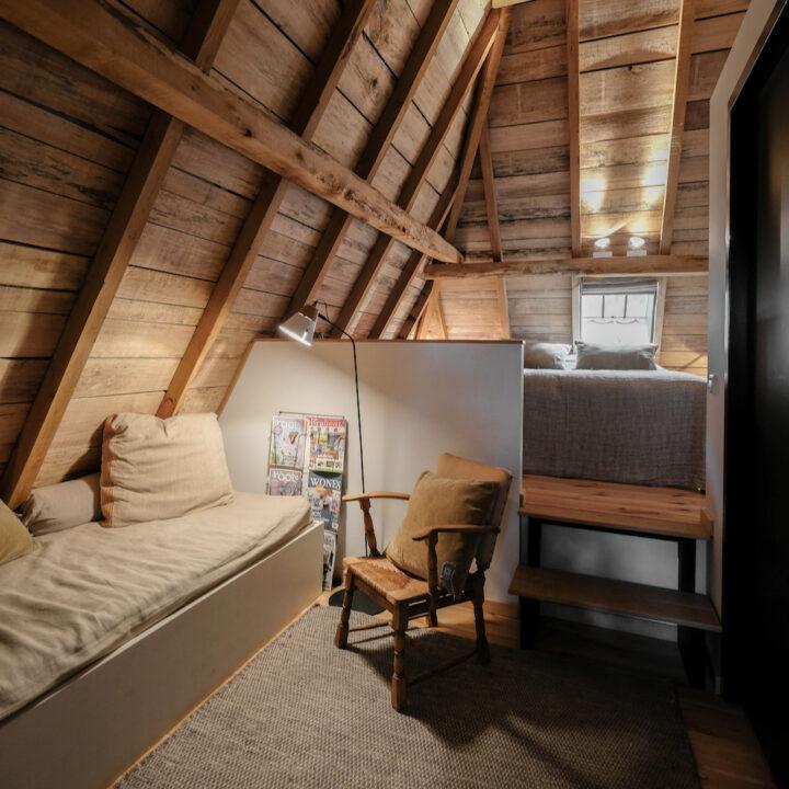 Gastenkamer met zitje, TV en eigen badkamer bij ROOTS Business B&B