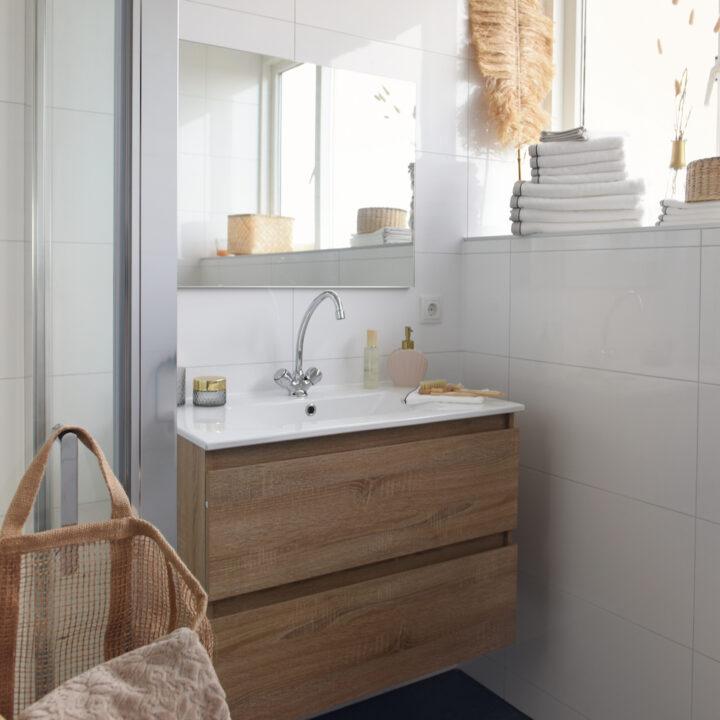 Badkamer met houten badmeubel