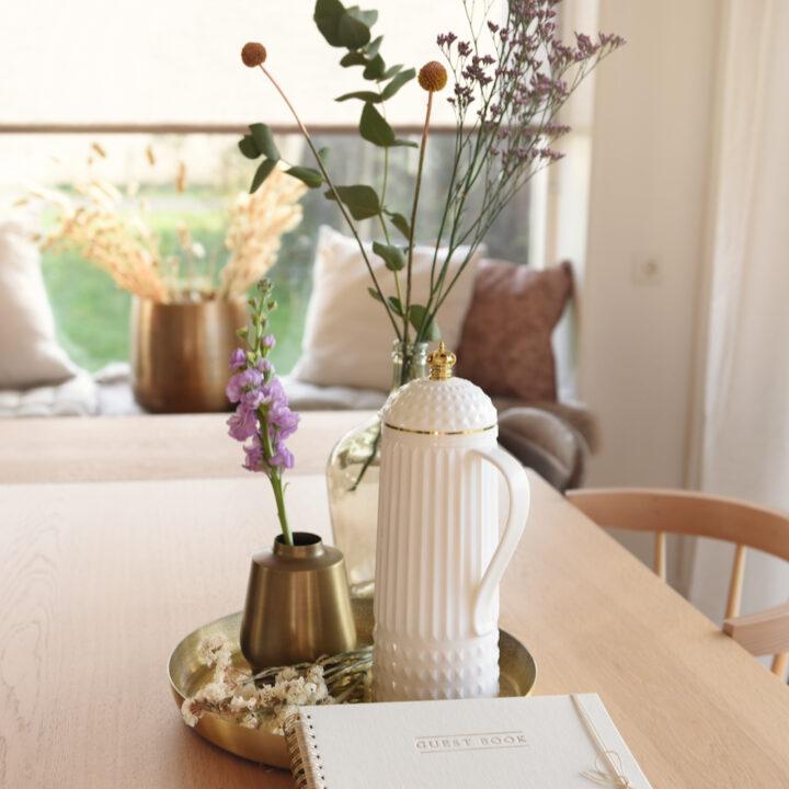 Bloemen en kan op tafel in het vakantiehuis