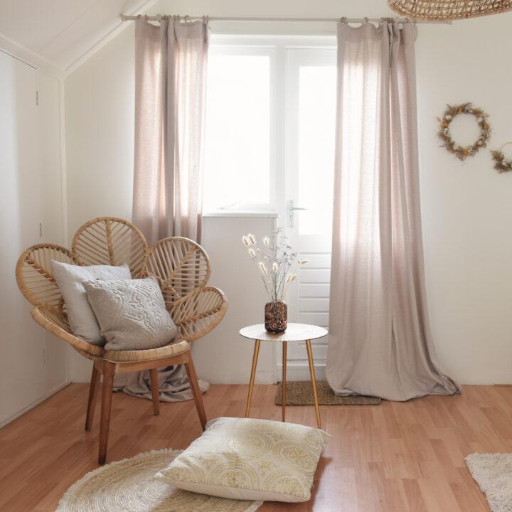 Rotan stoel en kussens in de slaapkamer van het vakantiehuis