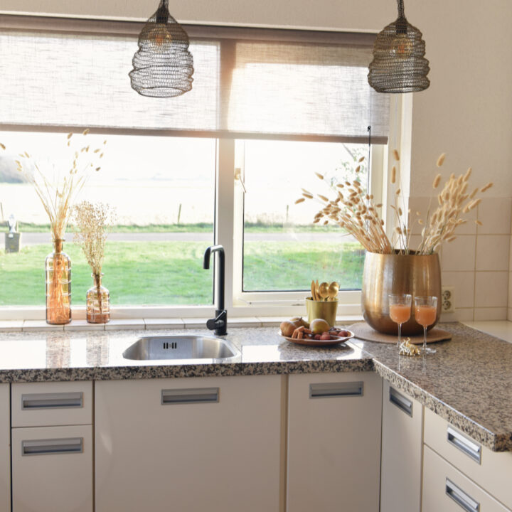 Keuken met glazen sap op het aanrecht