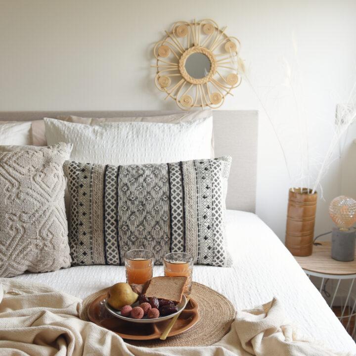 Slaapkamer met vers fruit en sapjes op bed