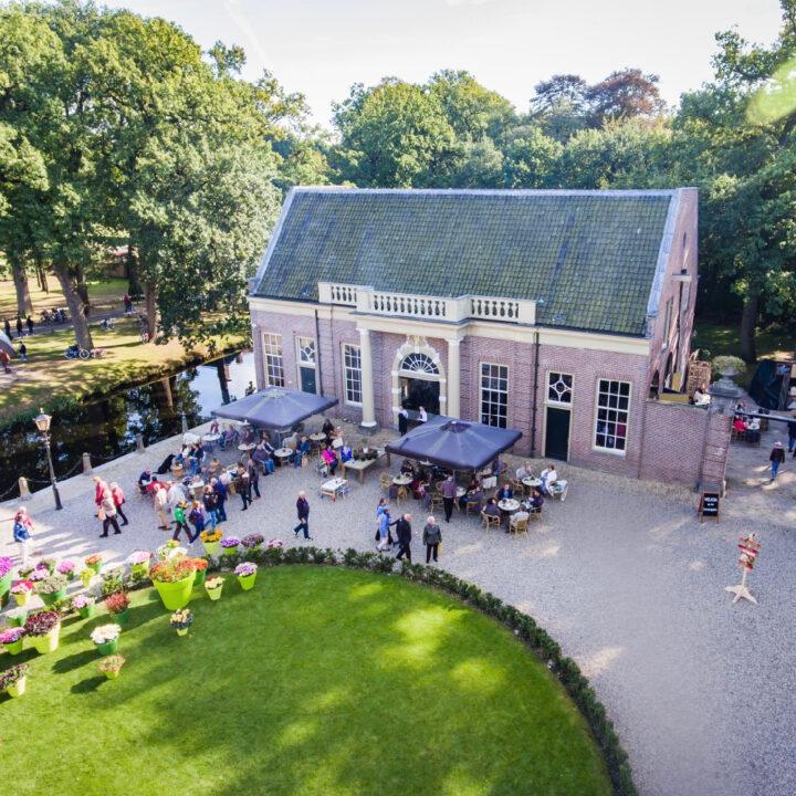Grand café met terras op Landgoed Kasteel Groeneveld in Baarn