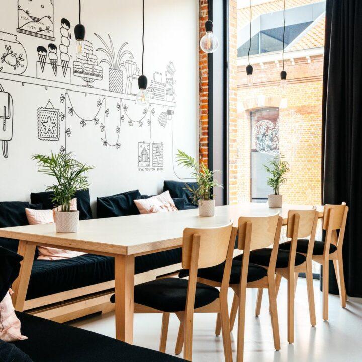 De eettafel in het 10-persoons vakantiehuis in Oostende