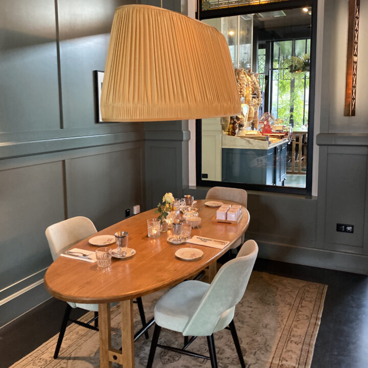 Ovale tafel, gedekt, in het restaurant