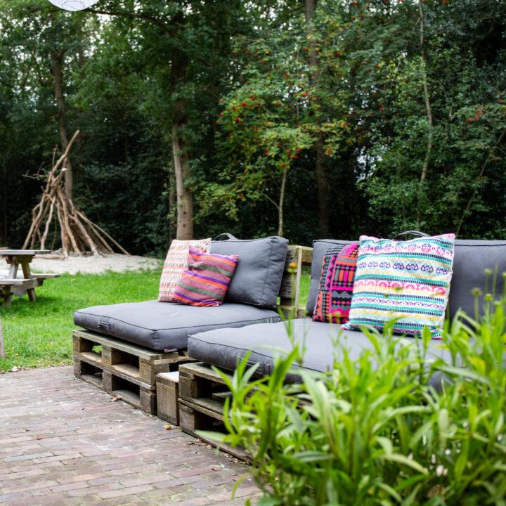 Loungebanken op het terras van de blokhut